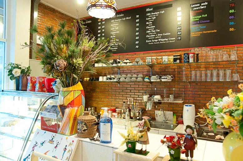 อยู่หน้าเคาน์เตอร์ร้านกาแฟเก๋ ๆ